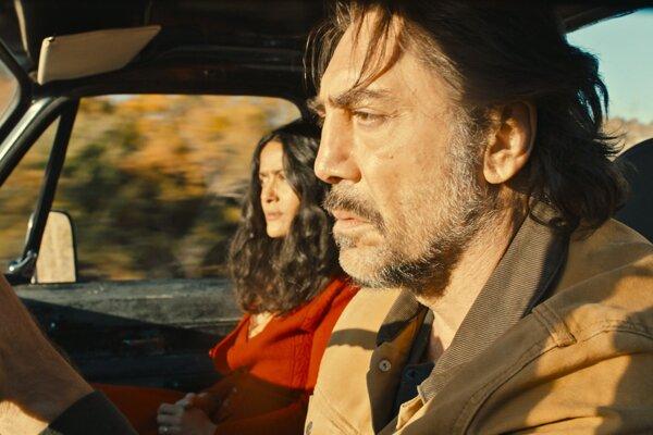 Javier Bardem a Salma Hayek vo filme Roads Not Taken.