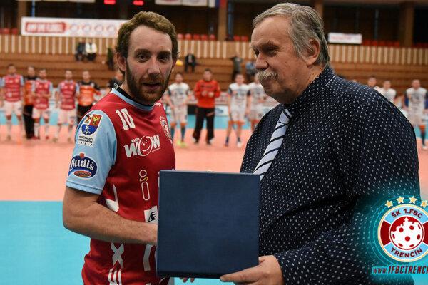 Branislav Mitucha preberá od Ivana Piovarčiho cenu za víťazstvo v základnej časti mužskej florbalovej extraligy.