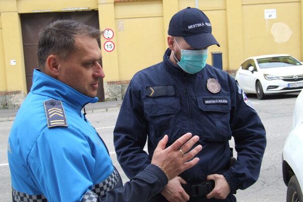 Náčelník mestskej polície Erik Duchoň (vľavo) s mladým kolegom.