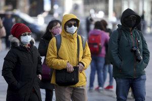 Ľudia sa vo Viedni chránia rúškami.