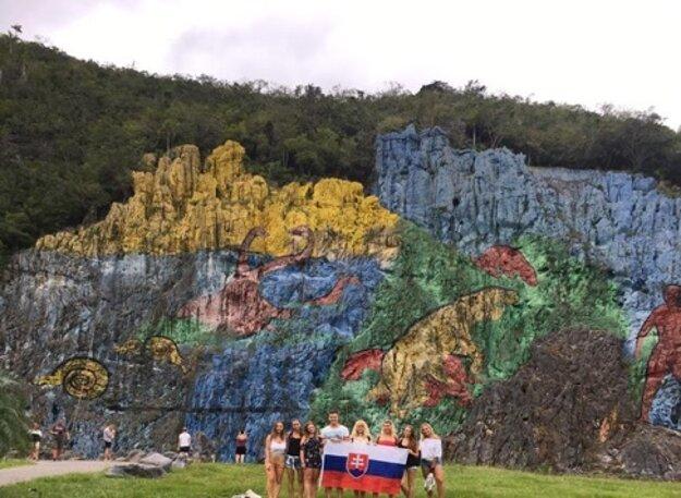 Slováci pri nástennej maľbe Mural de la Prehistoria.