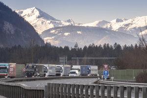 Kolóny kamiónov pred vstupom do Nemecka neďaleko nemeckého Kiefersfeldenu.