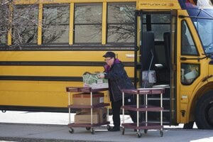 Rozvoz obedov pre deti. Školy zostali zatvorené aj v meste Pittsfielde v štáte Massachusetts.