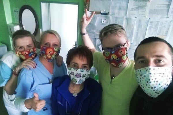 Rúška pre zdravotníkov ušila aj mama jedného z ich kolegov.