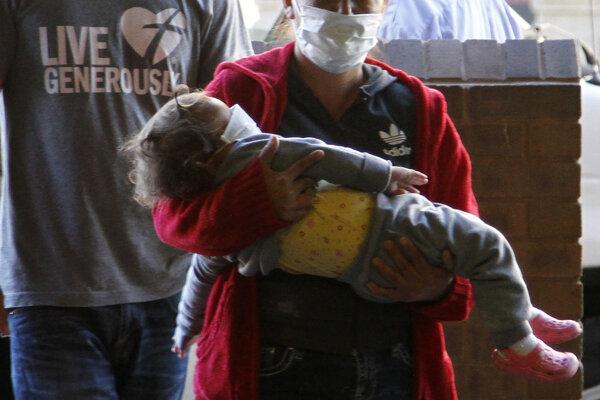 Matka a dieťa sa chránia v azylovom centre pre migrantov v texaskom meste El Paso.