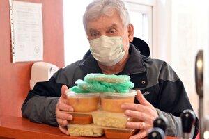 Provizórny výdaj balených obedov  v reštaurácii v Trebišove.