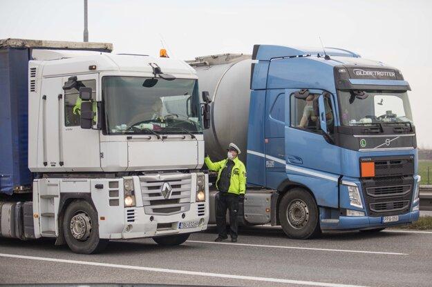 Odstavené kamióny na diaľnici D1 pri Zlatých pieskoch v smere Brno - Viedeň z dôvodu uzavretia štátnych hraníc v súvislosti s opatreniami proti šíreniu ochorenia COVID-19.