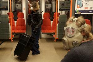 Muž so starou vojenskou plynovou maskou z dôvodu šíriaceho sa koronavírusu v metre v Prahe.