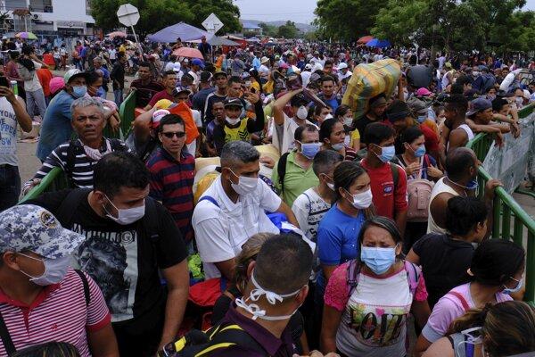Obyvatelia Venezuely na hraniciach s Kolumbiou.