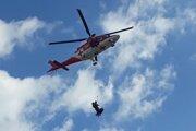 Na pomoc zranenému letel vrtuľník.