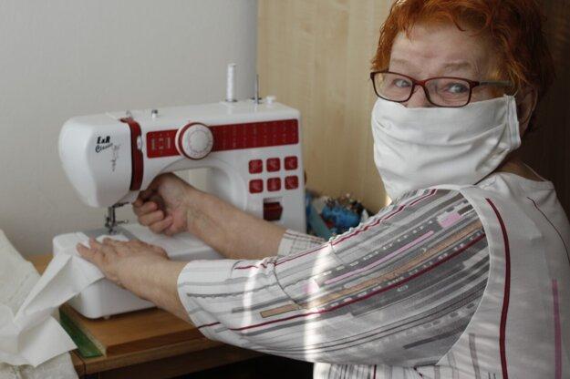 Františka Matrayová šije rúška pre dôchodcov.