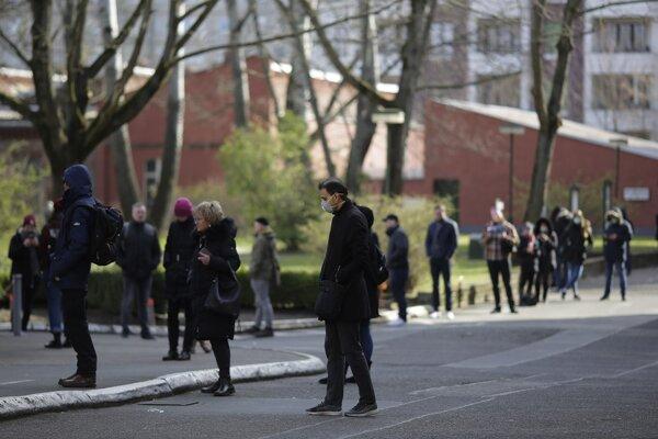 Ľudia čakajú v rade na testovanie na koronavírus v Berlíne.