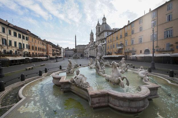 Pohľad na prázdne námestie Piazza Navona v Ríme v Taliansku.