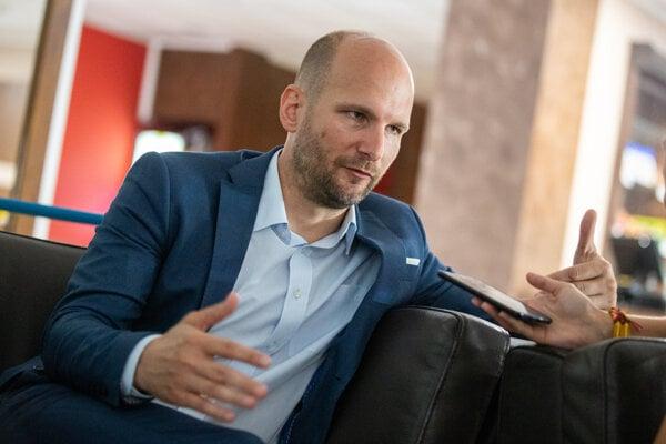 Nových ministrov, vrátane Romana Mikulca, vymenuje prezidentka v sobotu.