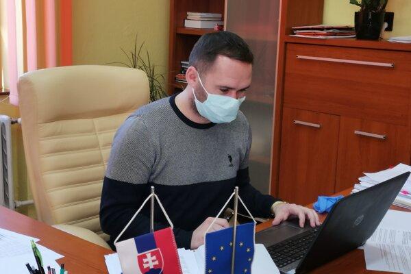 Primátor Gelnice Dušan Tomaško sedí vo svojej kancelárii, rokovanie zastupiteľstva prebieha cez maily.