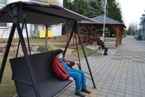 Rúška chýbajú ľuďom na celom Slovensku.