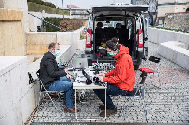 Opatrenia proti koronavírusu sťažili prácu aj novinárom. Médiá nemajú do budovy prístup.