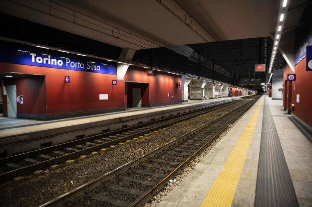 Zastávka metra na stanici Porta Susa, odkiaľ jazdia vysokorýchlostné vlaky spájajúce Turín s Milánom a Rímom v Turíne.