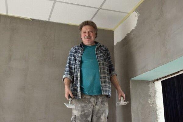 ilustračné foto - Jeden z pracovníkov sociálneho podniku pri práci na kultúrnom dome.