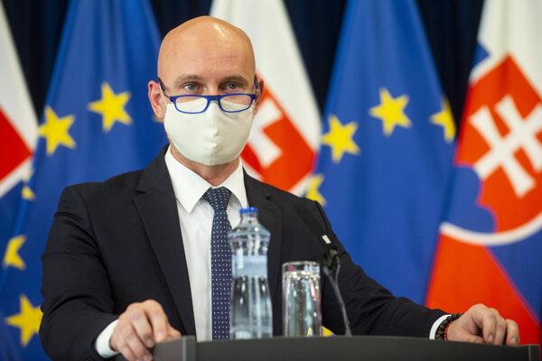 Minister školstva Branislav Gröhling počas utorňajšej tlačovej konferencie.