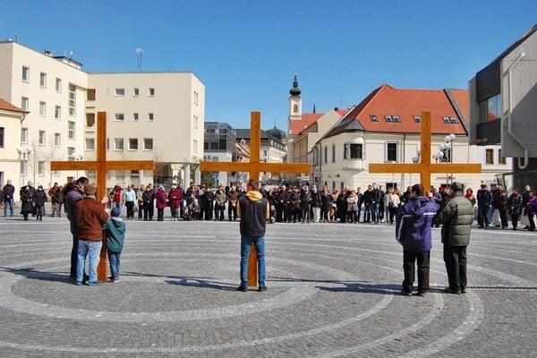 Procesie sa dnes zúčastnili desiatky ľudí.