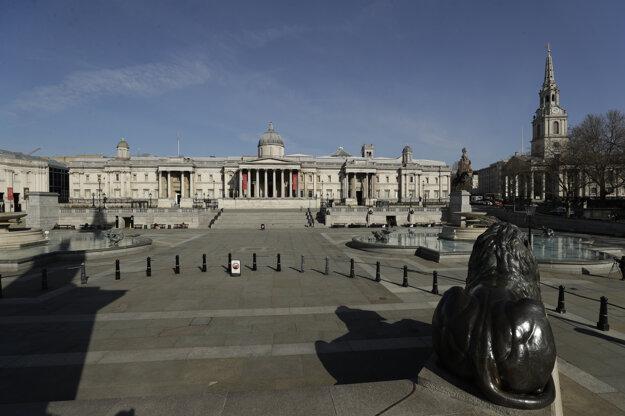 Opustené Trafalgarské námestie s Národnou galériou v Londýne.