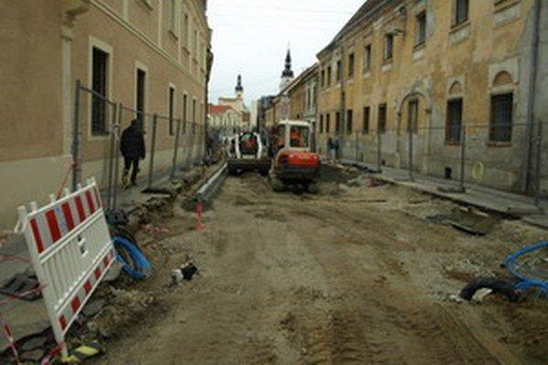 Problémy s inžinierskymi sieťami sprevádzajú aj druhú etapu rekonštrukcie ulice.