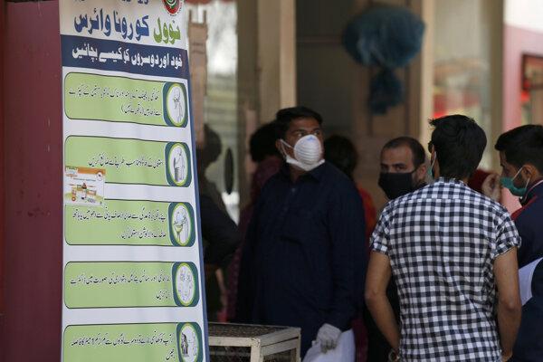Obyvatelia Isamabadu stoja pri vchode do zdravotníckeho zariadenia.