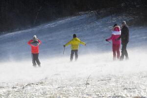 Rodinka si na Jahodnej užíva sneh.