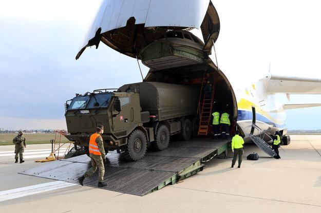 Profesionálni vojaci pomáhali s jeho vykladaním a následnou prepravou do priestorov Správy štátnych hmotných rezerv SR.