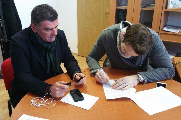 Ivan Kelava so športovým riaditeľom Zoranom Terzičom pri podpise zmluvy.