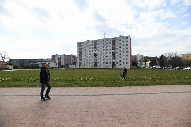 Muž v rúšku prechádza centrom mesta v Starej Turej počas mimoriadnej situácie.