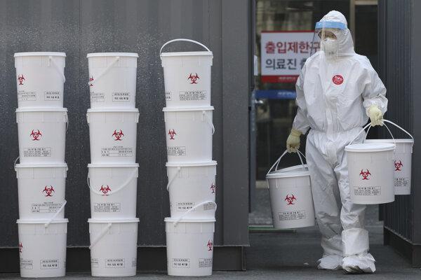 Zamestnanec s novými plastovými vedrami s medicínskym odpadom v nemocnici Dongsan v juhokórejskom meste Tegu.
