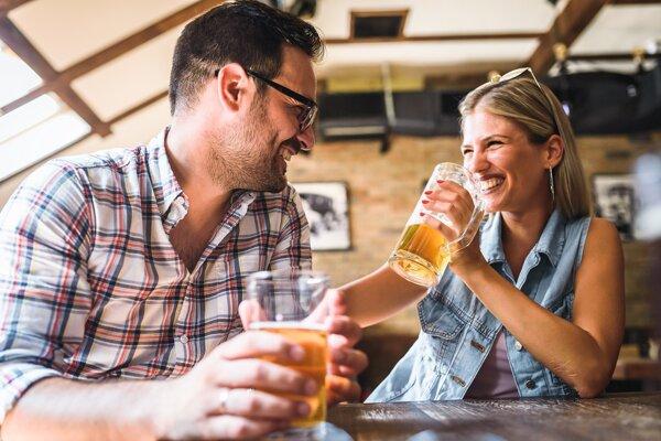 Muži pijú pivo od smädu, ženy k jedlu.