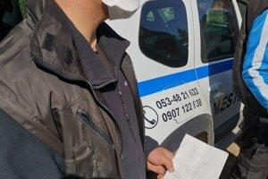 Pracovník MOPS so zoznamom na nákup potravín od ľudí z Hája.