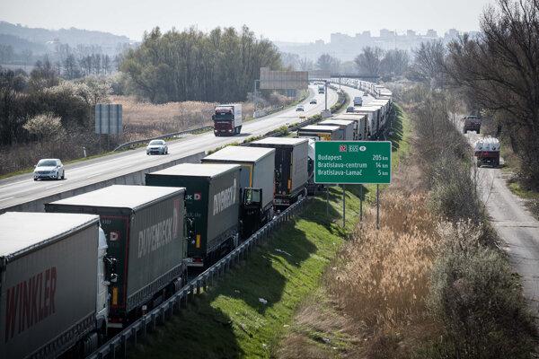 Kolóny kamiónov.