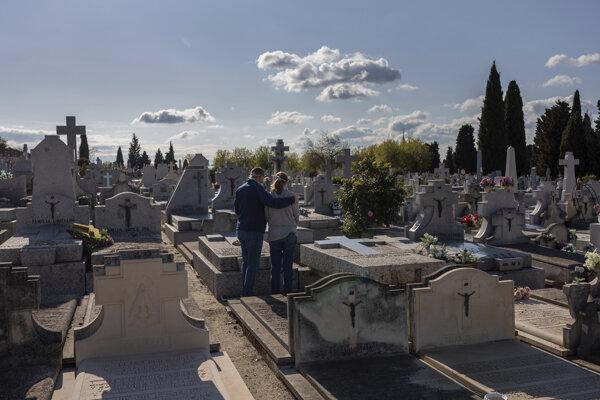 Počet obetí pandémie v Španielsku stále stúpa.