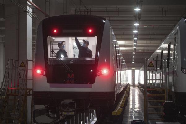 Pracovníci vo Wu-chane pripravujú metro na obnovenie prevádzky.