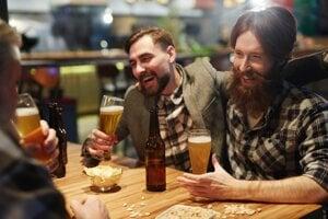 Košeľa a sako sú vhodným oblečením tak do baru, ako i reštaurácie.