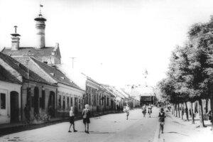 Štefánikova ulica smerom na námestie, vľavo sa nachádza objekt Sladovne.