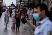 Zdravotníci dohliadajú na dezinfekciu ulíc v sýrskom meste Kamišli 24. marca 2020.