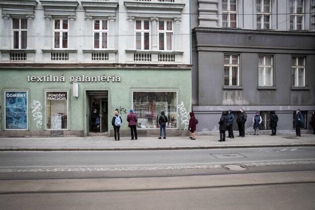 Pred galantériou v Bratislave stál dlhý rad ľudí.