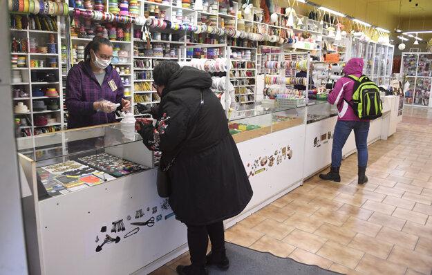 Ľudia nakupujú v textilnej galantérii v Košiciach.