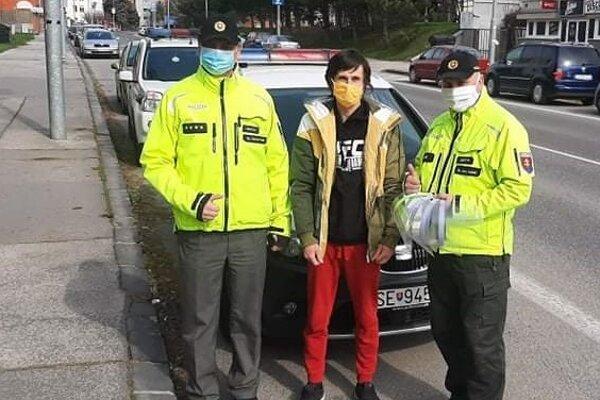 Dobrovoľník obdaroval policajtov.