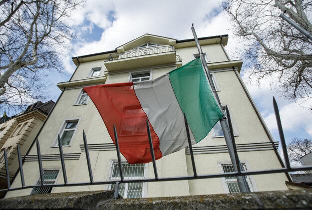 Talianska štátna vlajka pred budovou Talianskeho veľvyslanectva v Bratislave.