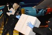 Vykladanie škatúľ z lietadla letky ministertva vnútra SR, ktoré priviezlo stotisíc respirátorov FFP3 z Turecka.