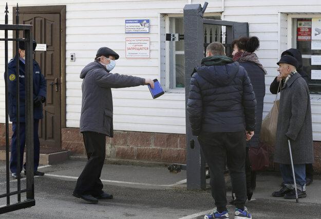 Príslušníci bezpečnostnej služby zakazujú vstup do nemocnice pre infekčné choroby v Minsku.