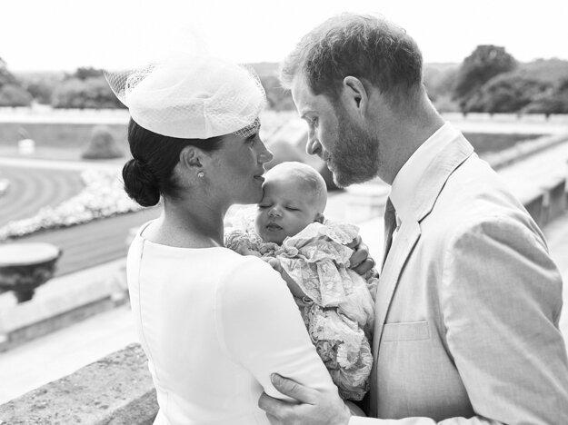 Na oficiálnej snímke z krstu britský princ Harry (vpravo) a jeho manželka Meghan so svojím synom Archiem 6. júla 2019 v areáli Windsorského zámku.