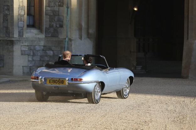 Novomanželia, vojvoda a vojvodkyňa zo Sussexu odchádzajú po sobáši zo zámku na recepciu vo Windsore.
