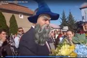 Ako Gandalf z Pána prsteňov. Premiér Pellegrini v Čani s maskou, ktorú mu náhodne v živom vysielaní vybral facebook.